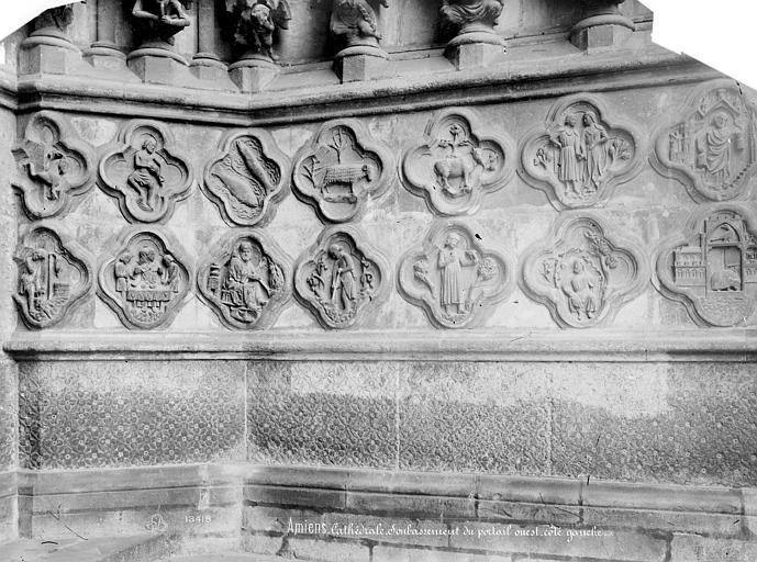 Cathédrale Notre-Dame Portail nord de la façade ouest (portail Saint-Firmin) : soubassement de l'ébrasement droit, Mieusement, Médéric (photographe),