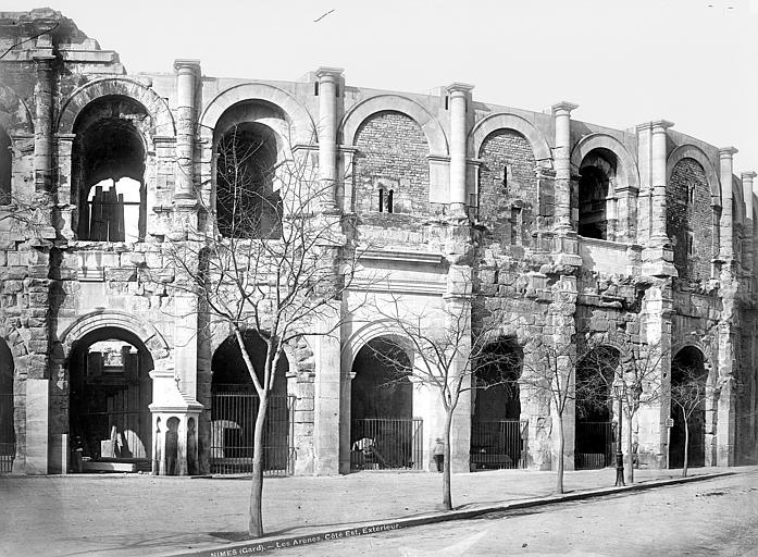 Amphithéâtre Façade extérieure, côté est, Mieusement, Médéric (photographe),