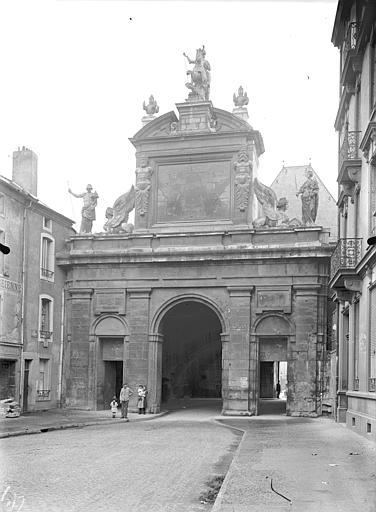 Porte Saint-Georges Vue d'ensemble, du côté du faubourg, Queste, P. photographe),