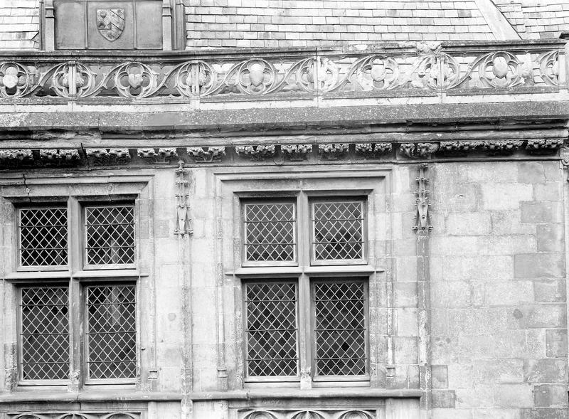 Hôtel de Jacques-Coeur Grandes fenêtres sur la rue à droite (deux), Durand, Eugène (photographe),