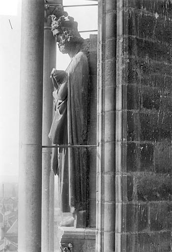 Cathédrale Notre-Dame Façade sud, tour ouest du transept, 2e contrefort à gauche de la rose : Statue d'un roi dit Charlemagne, Sainsaulieu, Max (photographe),