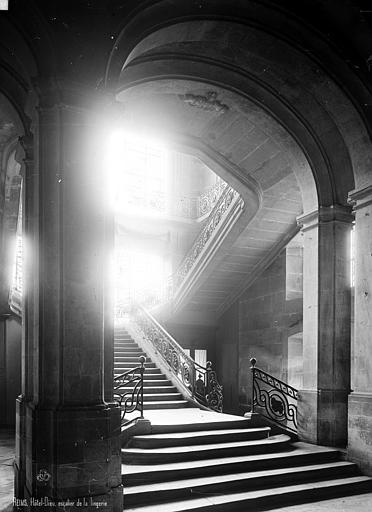 Abbaye Saint-Remi (ancienne) ou ancien Hôtel-Dieu Escalier, la lingerie, Robert, Paul (photographe),