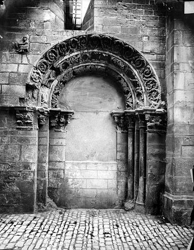Eglise Saint-Philibert (ancienne) Portail de la façade sud (porte murée), Delaunay (photographe),