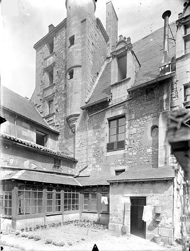 Doyenné Saint-Hilaire Cour intérieure : Donjon, Gossin (photographe),