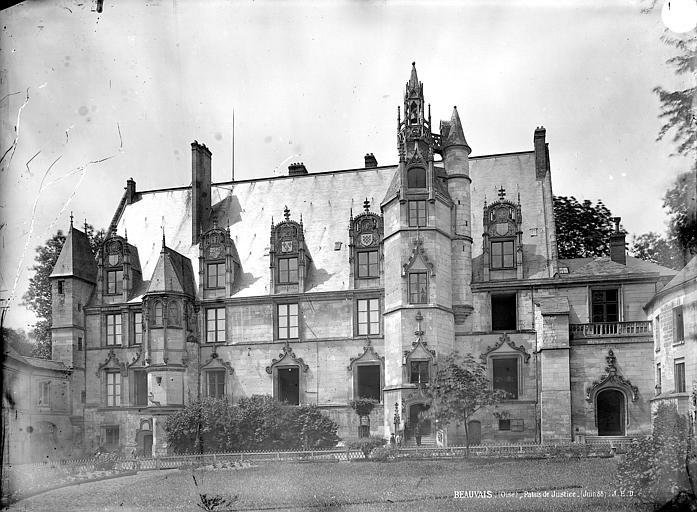Palais épiscopal (ancien) Cour d'honneur : vue d'ensemble, Durand, Jean-Eugène (photographe),