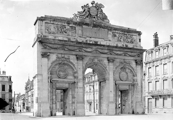 Porte Desilles Vue d'ensemble, du côté de la ville, Queste, P. photographe),