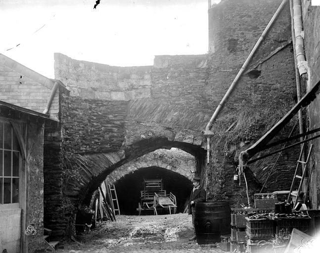 Greniers Saint-Jean Entrée de la cave, Berthault (photographe),