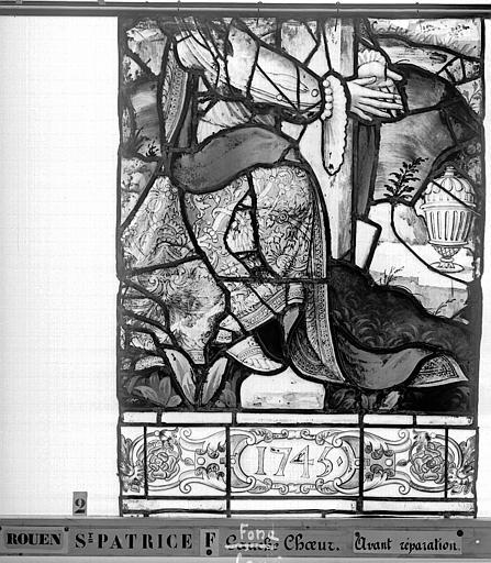 Eglise Saint-Patrice Vitrail, fenêtre au fond du choeur, la Crucifixion, lancette médiane, cinquième panneau, Heuzé, Henri (photographe),