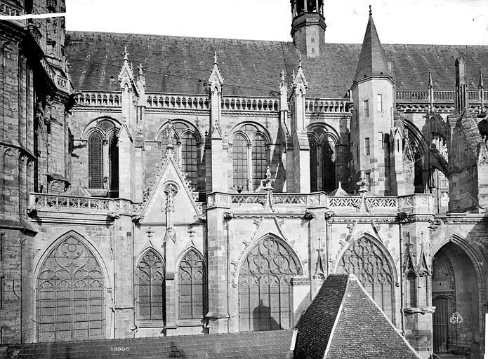Cathédrale Saint-Cyr-et-Sainte-Julitte Façade sud : fenêtres et contreforts, Mieusement, Médéric (photographe),