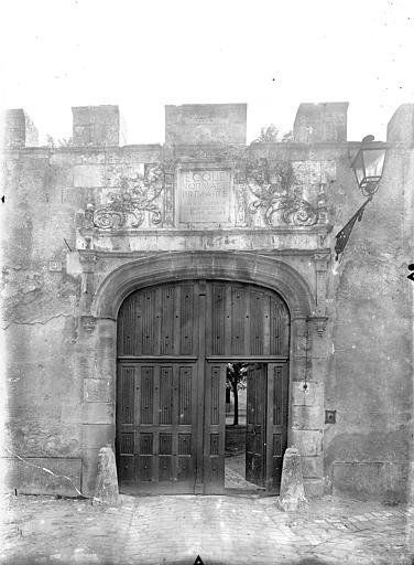Doyenné Saint-Hilaire Portail d'entrée sur rue, Gossin (photographe),