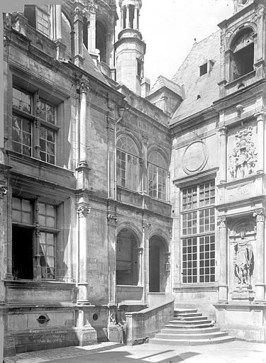 Hôtel d'Escoville (ancien) Cour d'honneur : Angle nord-est, Durand, Jean-Eugène (photographe),