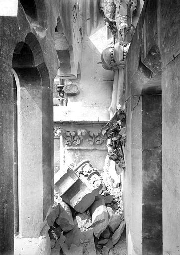 Cathédrale Notre-Dame Tour sud : Pinacle brisé, Sainsaulieu, Max (photographe),