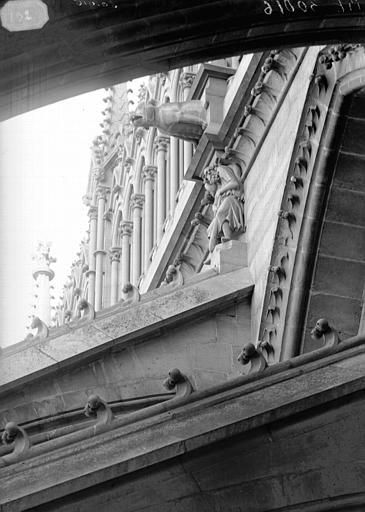 Cathédrale Notre-Dame Cariatides et gargouilles de la nef, au nord Hercule, Lajoie, Abel,