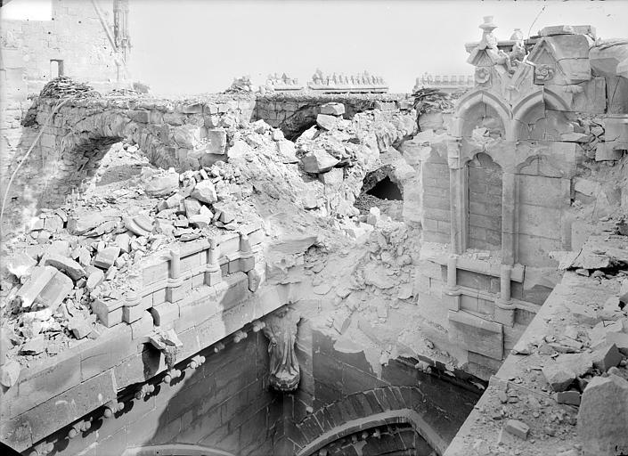 Cathédrale Notre-Dame Façade sud : angle de la nef et du transept au niveau de la galerie haute, Sainsaulieu, Max (photographe),