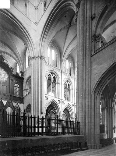 Abbaye aux Hommes (ancienne) ; Eglise abbatiale Saint-Etienne Vue intérieure de la croisée, Heuzé, Henri (photographe),