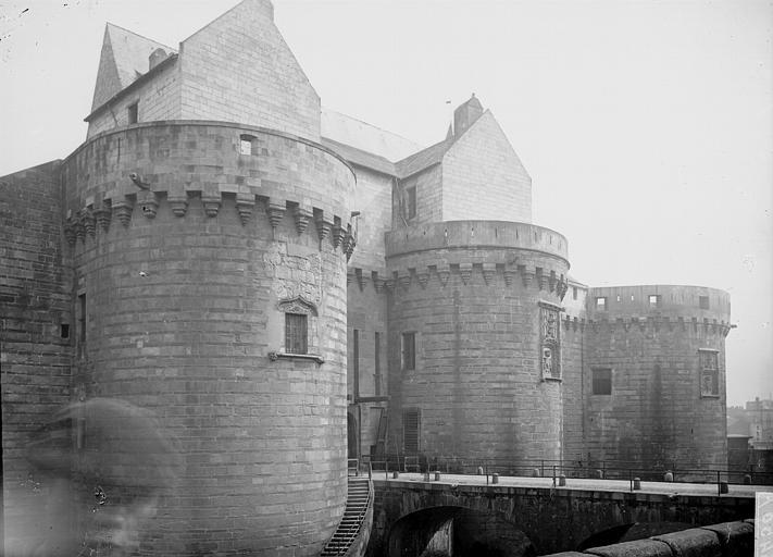 Château Entrée, Enlart, Camille (historien),