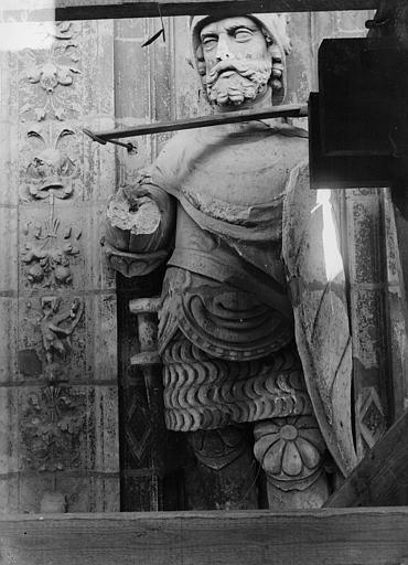 Cathédrale Saint-Maurice Façade ouest, statues de la partie supérieure représentant saint Maurice et ses compagnons en costume militaire du 16e siècle : 3e statue, Vorin,