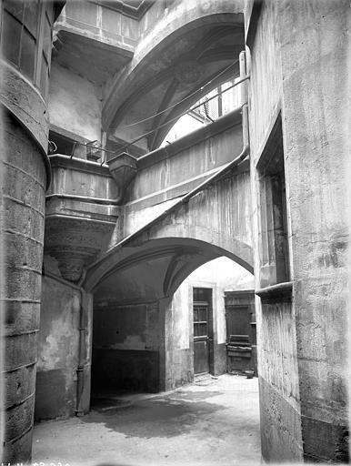 Hôtel Savaron Cour intérieure : Passage voûté et galerie, Lefèvre-Couton (photographe),