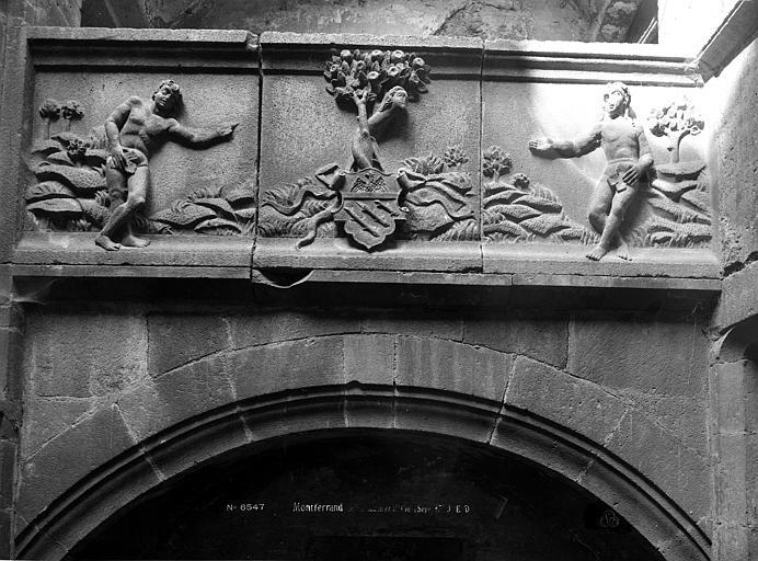 Maison dite d'Adam et Eve Cour intérieure : Frise sculptée représentant Adam et Eve, Durand, Eugène (photographe),