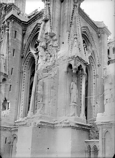 Cathédrale Notre-Dame Façade sud, à l'angle sud-est de la tour est : pinacles et statues de rois, Sainsaulieu, Max (photographe),