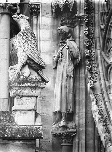 Cathédrale Notre-Dame Statue d'un saint pélerin, près de la rose du grand portail, Lajoie, Abel,