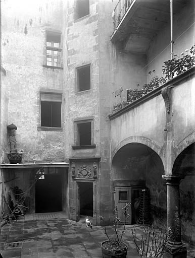 Maison Cour intérieure : Tourelle d'escalier et galerie, Jarron (photographe),