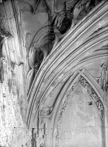 Eglise de Saint-Etienne-le-Vieux (ancienne) Vue intérieure du porche : Départ d'un arc, Durand, Jean-Eugène (photographe),