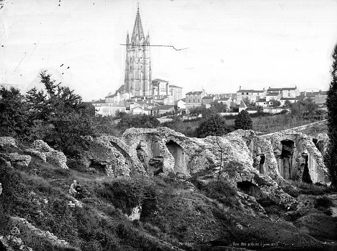 Amphithéâtre gallo-romain (restes) Ruines de l'amphithéâtre. Eglise Saint-Eutrope en arrière-plan, Mieusement, Médéric (photographe),