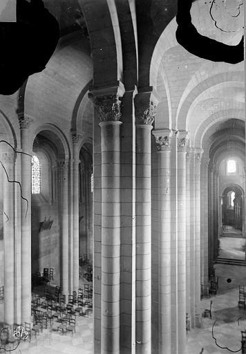 Cathédrale Saint-Apollinaire Vue intérieure du bas-côté nord et de la nef, vers l'ouest, Mieusement, Médéric (photographe),