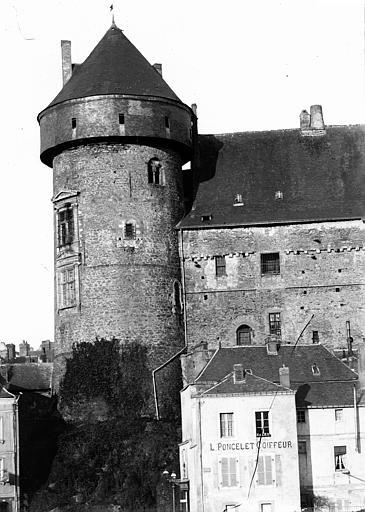 Château Tour d'angle, Enlart, Camille (historien),