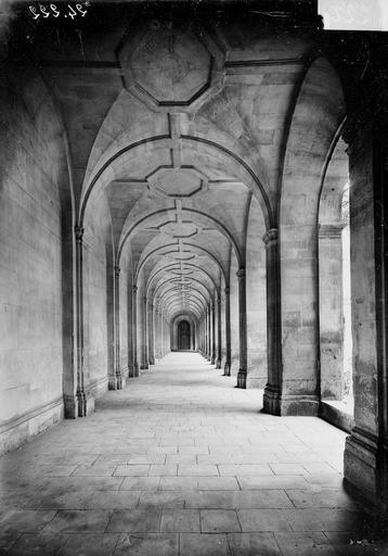 Abbaye aux Hommes (ancienne) Cloître, intérieur d'une galerie, Service photographique,