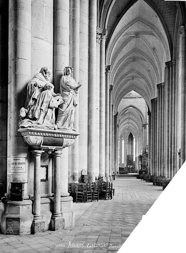 Cathédrale Notre-Dame Vue intérieure du bas-côté sud, vers l'est : tombeau du chanoine Antoine Nicquel, mort en 1562, Mieusement, Médéric (photographe),