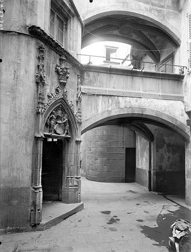 Hôtel Savaron Cour intérieure : Porte d'escalier et passage voûté, Lefèvre-Couton (photographe),