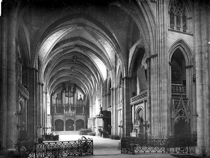 Cathédrale Saint-André Vue intérieure de la nef, vers l'entrée, Mieusement, Médéric (photographe),