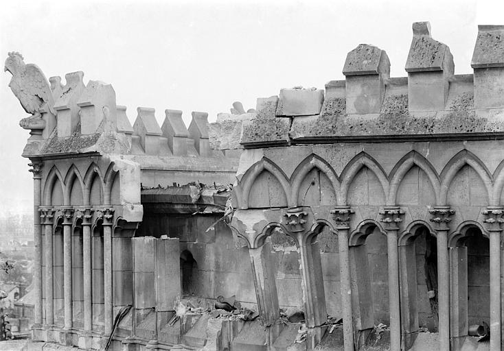 Cathédrale Notre-Dame Abside, côté nord : Galerie de la partie supérieure avec la balustrade crénelée, Sainsaulieu, Max (photographe),