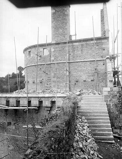 Château Tour Raoul, côté est : Restauration du haut des remparts, Durand, Jean-Eugène (photographe),