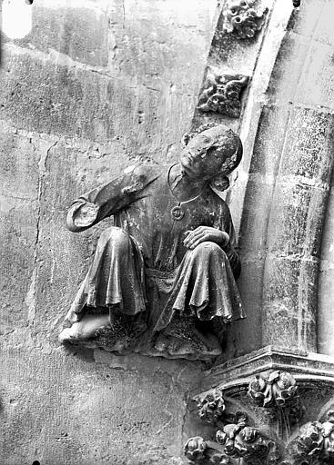 Cathédrale Notre-Dame Cariatide au dessous de la rose sud, personnage acccroupi et écoutant, Lajoie, Abel,