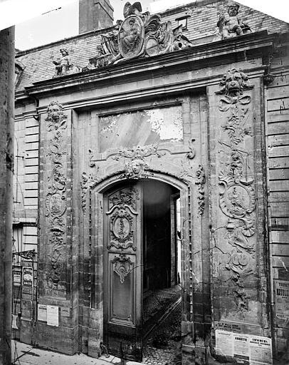 Palais des Ducs et des Etats de Bourgogne (ancien) ; Hôtel de Ville Façade sur la rue de la Liberté : Portail d'entrée de la cour de Flore, Delaunay (photographe),
