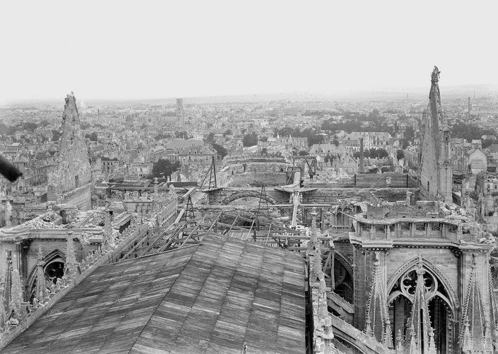 Cathédrale Notre-Dame Couverture provisoire de la charpente de la nef, vue en dessus, Verneau, G.,