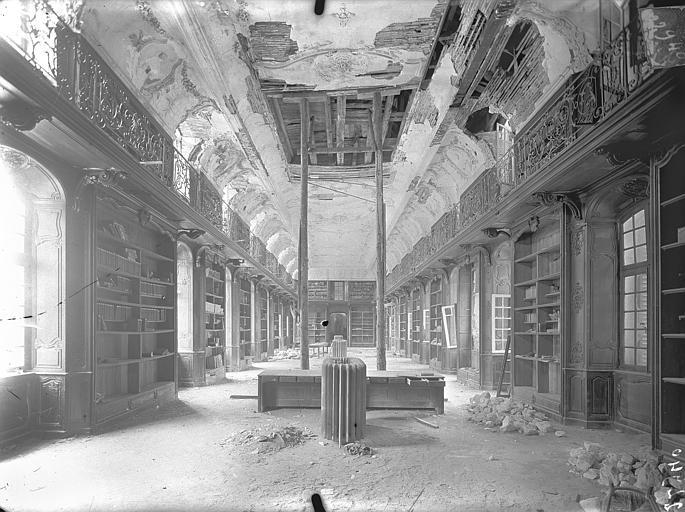 Abbaye Sainte-Marie-Majeure (ancienne), hôpital civil Bibliothèque (au 1er étage de l'aile est du cloître) : Vue intérieure, Queste, P. photographe),