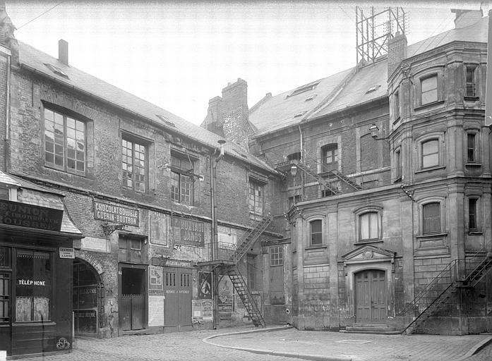 Théâtre Cour intérieure : Dépendances, passage du logis, Durand, Jean-Eugène (photographe),