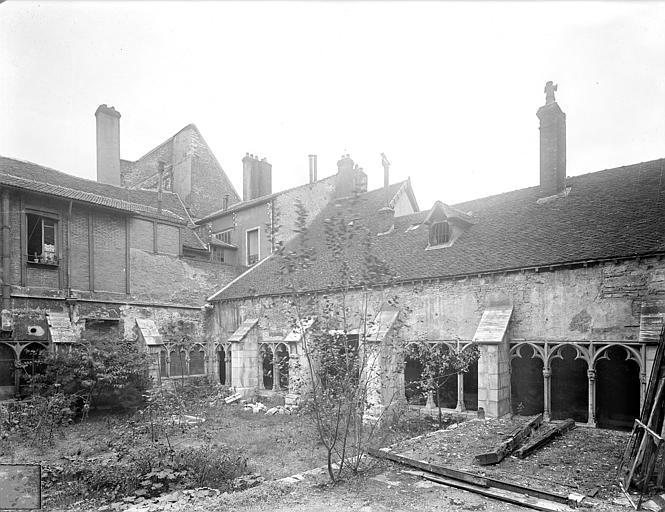 Cloître capitulaire de Saint-Vincent (ancien) Cour intérieure : Galeries sud et ouest, Heuzé, Henri (photographe),