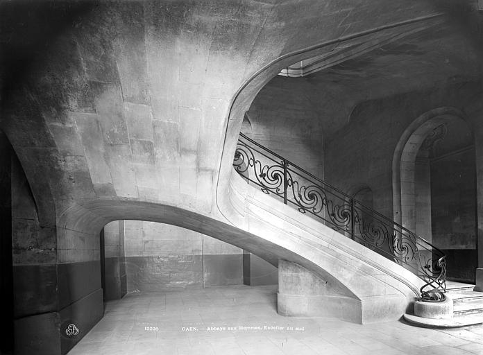 Abbaye aux Hommes (ancienne) Vue intérieure, côté sud : Départ d'escalier vu de profil, Durand, Jean-Eugène (photographe),