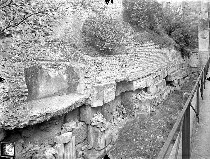 Palais des Comtes de Poitiers (ancien) ; Palais de Justice Vestiges du mur gallo-romain, Gossin (photographe),