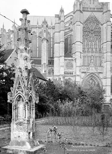 Cathédrale Saint-Pierre Jardin de l'évêché : pinacle déposé, Mieusement, Médéric (photographe),