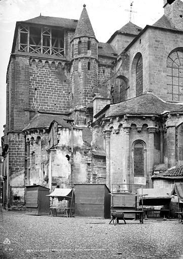 Eglise Saint-Martin Ensemble, côté de l'abside : échoppes en bois devant la façade, Mieusement, Médéric (photographe),