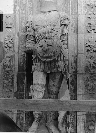 Cathédrale Saint-Maurice Façade ouest, statues de la partie supérieure représentant saint Maurice et ses compagnons en costume militaire du 16e siècle : 2e statue, Vorin,