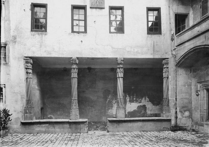 Prévôté (ancienne) Galerie sur la cour, Durand, Eugène (photographe),