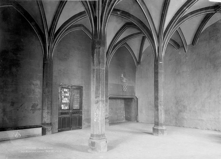 Palais des Comtes de Poitiers (ancien) ; Palais de Justice Salle de la tour Maubergeon, cheminée, Durand, Eugène (photographe),