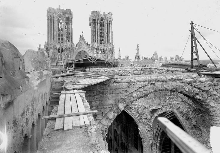 Cathédrale Notre-Dame Couverture provisoire, montage des bois par la brèche du transept, Verneau, G.,